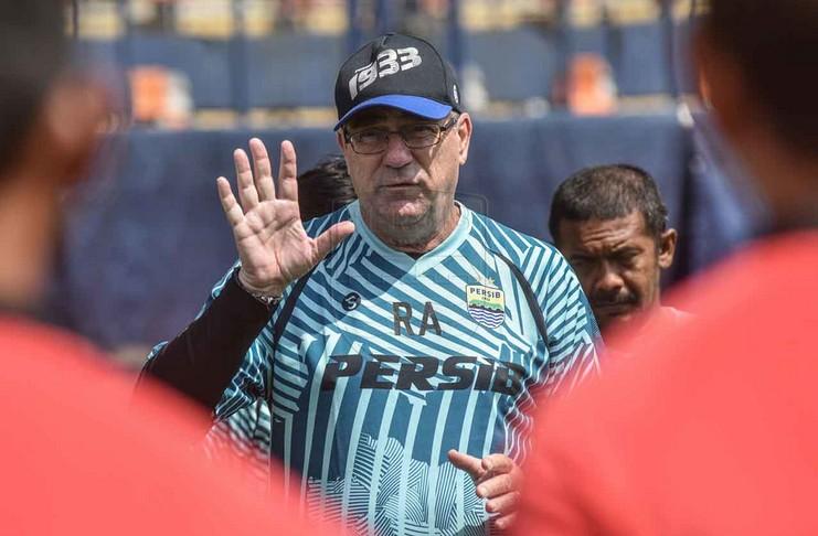 Robert Alberts ingin Persib Bandung tetap mengasah diri selama penundaan Liga 1 2020.