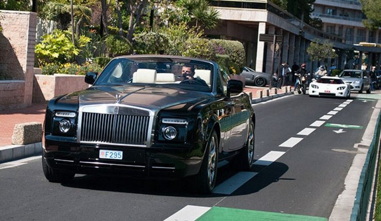 Cristiano Ronaldo di atas Rolls Royce Phantom miliknya.